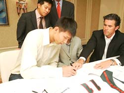 Yi Jianlian signs contract
