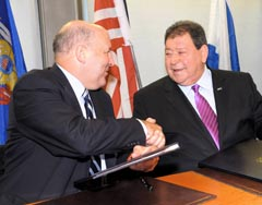 Governor Jim Doyle and Israeli Minister of Industry, Trade and Labor Benjamin Ben-Eliezer